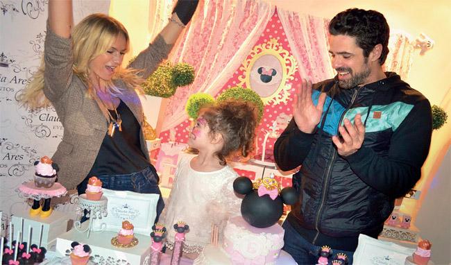 Felices, mamá y papá aplaudieron un nuevo año de su hija. Los Castro son una familia que cada día está más firme.