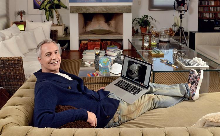 En el living de su casa de Don Torcuato, nos muestra la primera ecografía de Mirko. Mientras recuerda cuando en 1997, con tan sólo 27 años, se conectó por primera vez con Growing Generations, la agencia de Los Angeles que hoy hace posible el anhelo más fuerte de su vida.