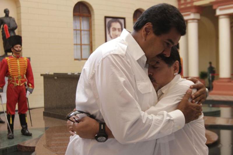 Maradona y Nicolás Maduro se abrazan en Venezuela.