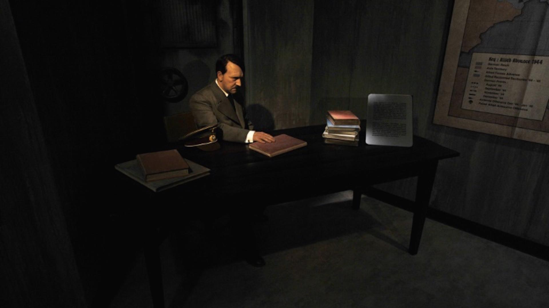 Una figura de cera de Adolf Hitler, que le representa en su búnker poco antes del fin de la Segunda Guerra Mundial, el 3 de julio del año 2008 en el museo de cera Madame Tussaud de Berlín (AFP/Archivos - John MacDougall)