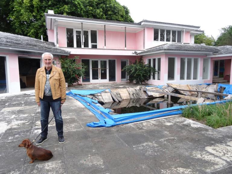 Christian de Berdouare posa, el 13 de enero de 2016, frente a su nueva propiedad, que perteneciera al famoso capo narco colombiano Pablo Escobar, en Miami Beach, Florida (AFP/Archivos - Diego URDANETA)
