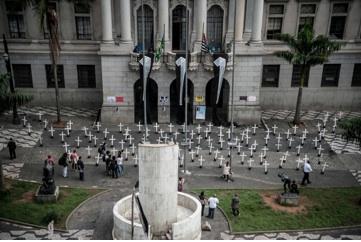 Cruzes lembram Massacre do Carandiru