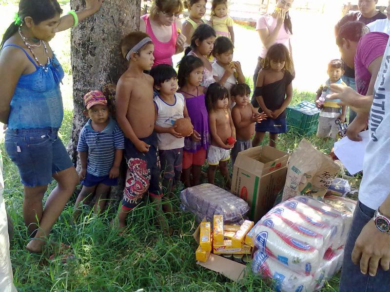 """Crianças indígenas recebem doação da Campanha """"Livre uma criança indígena da fome!"""""""