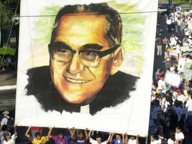 Ex-arcebispo Óscar Romero é beatificado em El Salvador
