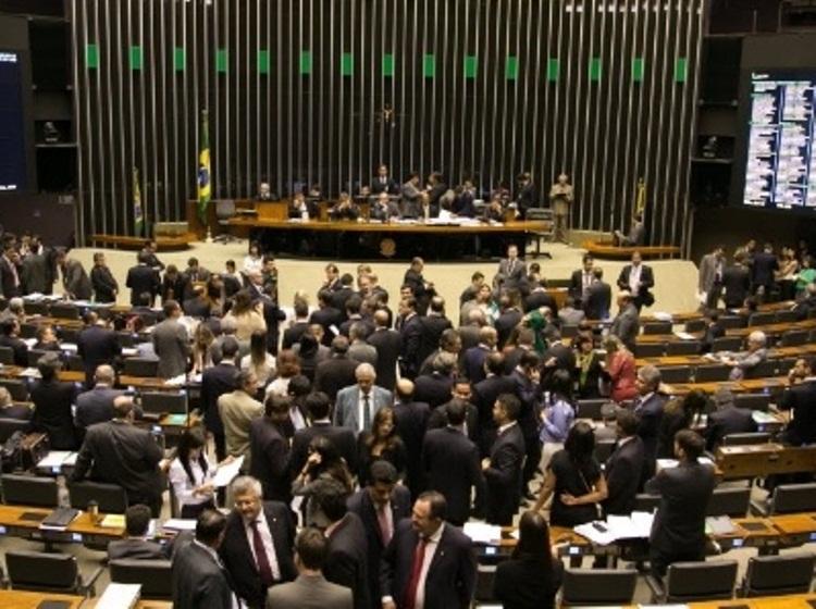 Câmara recua e aprova financiamento privado de campanhas