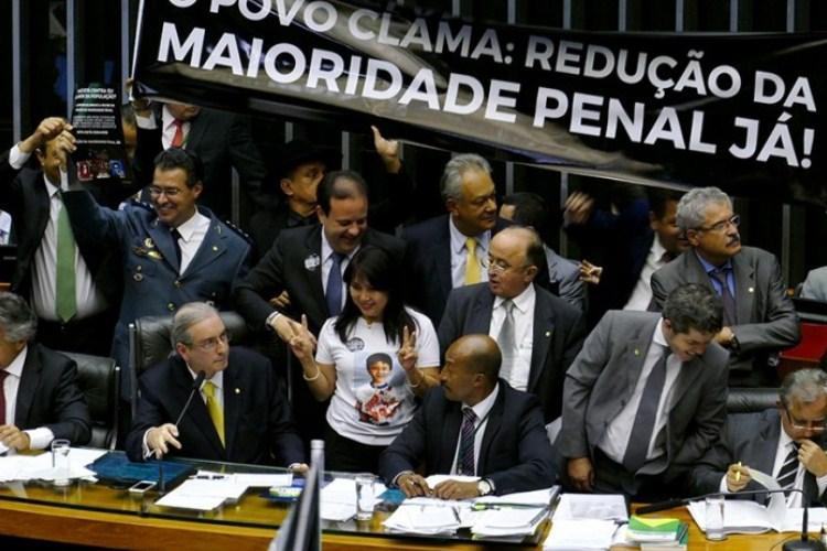 Redução da maioridade penal é aprovada após manobra de Eduardo Cunha