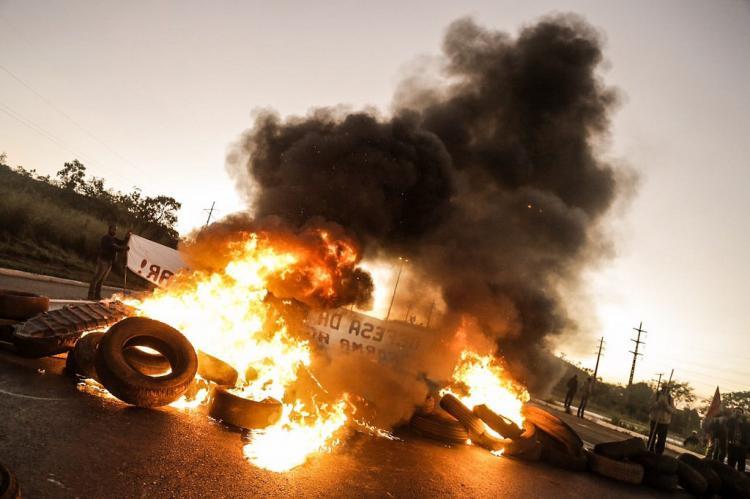 Protestos contra o golpe trancam rodovias e ruas do país