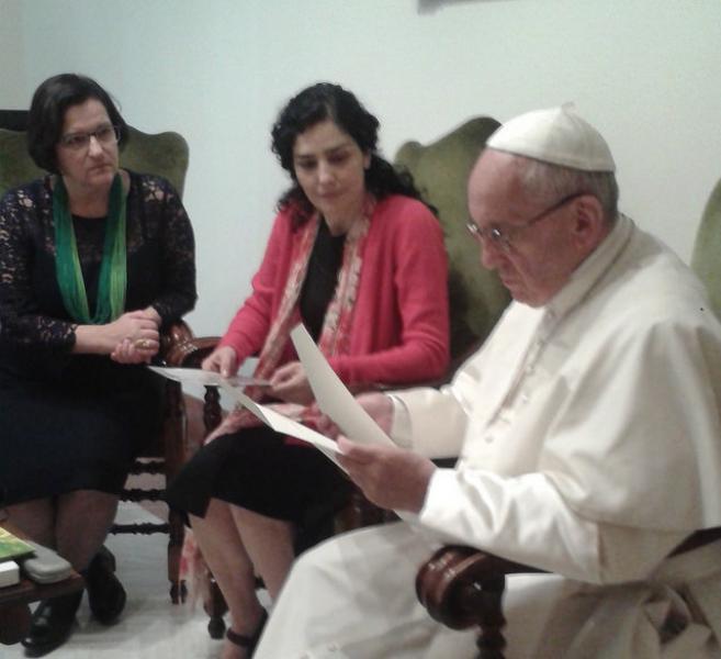 Papa recebe Letícia Sabatella para falar de golpe no Brasil