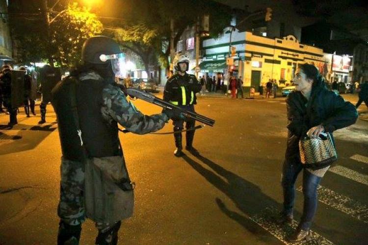 Brigada Militar encerra com bombas de gás manifestação em Porto Alegre