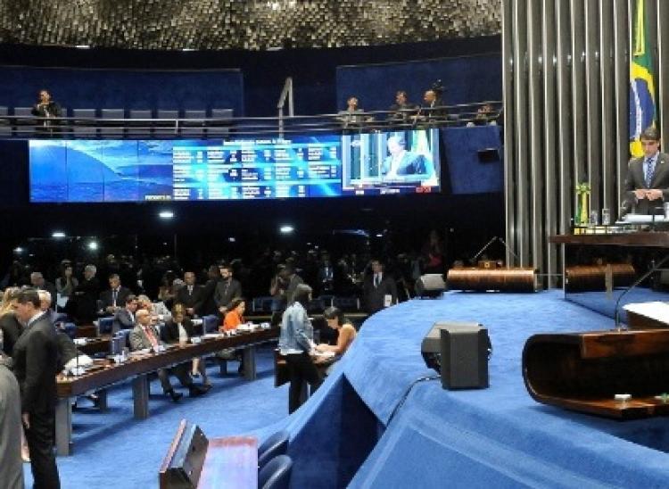 Senado aprova em 1º turno PEC que congela gastos por 20 anos