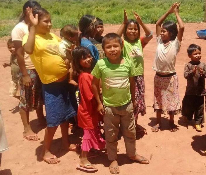 Crianças indígenas recebem doação de alimentos e têm fome amenizada