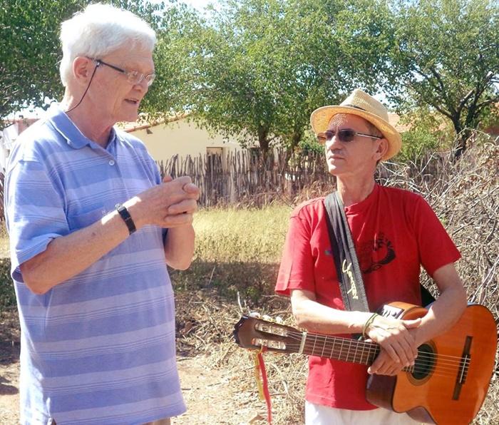 Mesters, ao lado de Zé Vicente, em visita ao sertão nordestino em Orós/CE