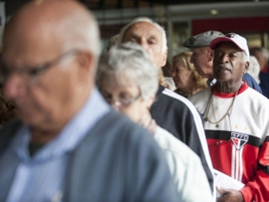 Papa critica sistemas de aposentadoria que privilegiam elites e forçam idosos a trabalhar por anos