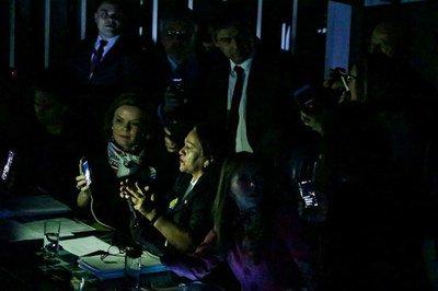 No escuro, senadoras já resistem por mais de duas horas ocupando mesa diretora do Senado. Reprodução/Gleisi Hoffman