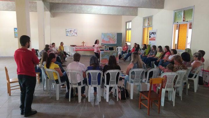 grupo de mulheres se reúne pela leitura feminista da bíblia