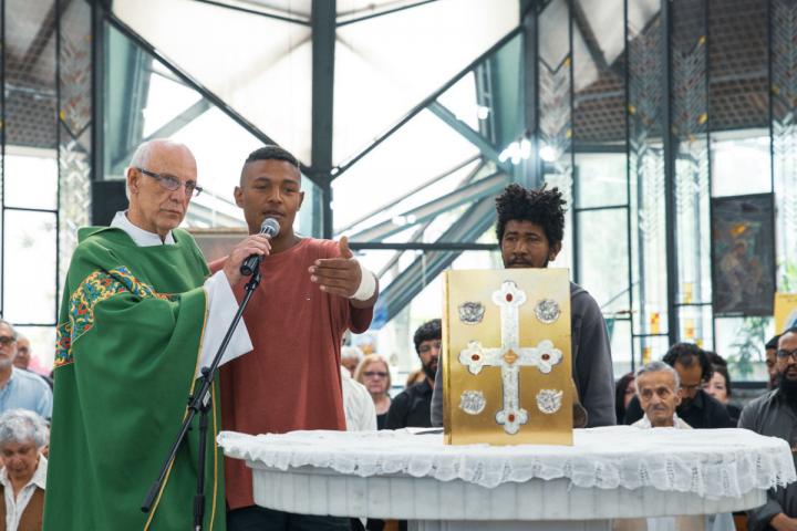 O dia em que a Prefeitura de SP cuspiu no padre Júlio Lancelotti – e no povo de rua