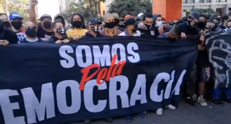 Na ausência dos movimentos tradicionais, torcidas de futebol e coletivos antifascistas tomam as ruas contra o governo Bolsonaro