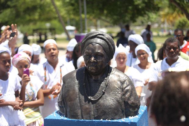 ECUMENISMO – Pela segunda vez o busto de Mãe Gilda de Ogum é atacado e apedrejado em Salvador, Bahia
