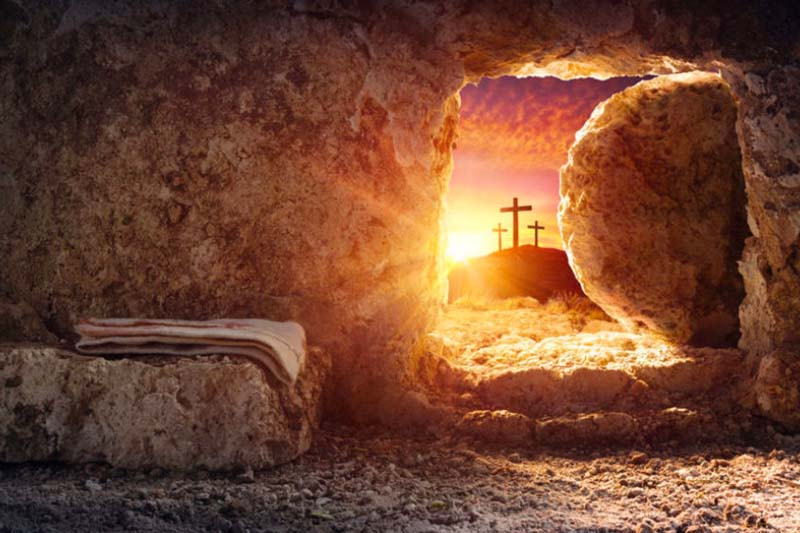 Quem crê, vê para além das máscaras, das pedras e das tumbas!