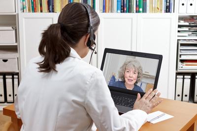 Mulher em consulta pelo computador