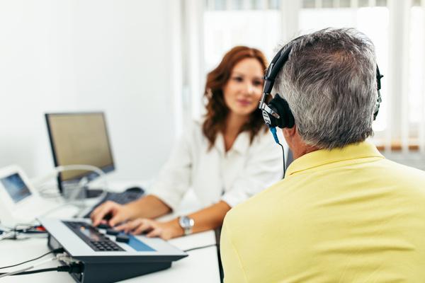Fonoaudióloga em consulta com seu paciente