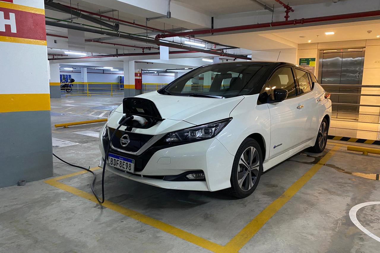 Avaliação: Nissan Leaf é amigo do meio ambiente, mas carregamento lento e autonomia baixa fazem do hatch um inimigo dos apressados