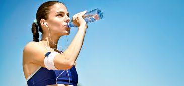 A hidratação é fundamental para o desempenho do atleta. Na verdade, perdas de líquidos tão pequenas quanto 2% do peso corporal