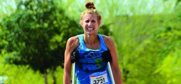Corredoras faz meia maratona de muletas
