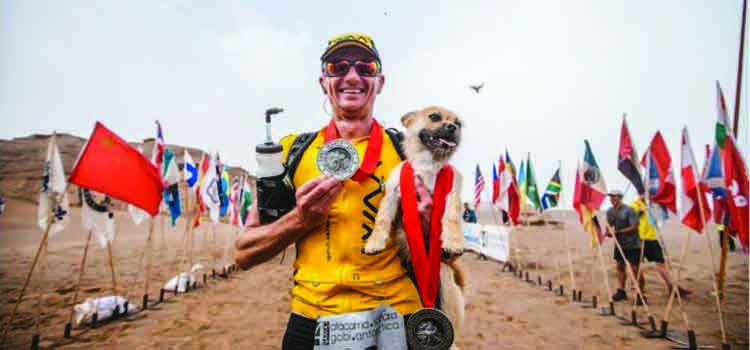 Vira-lata ajuda atleta em ultra no deserto