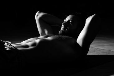Confira dicas para executar o abdominal no step, exercício para fortalecer o core e o corpo todo