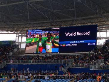 Almaz Ayana, da Etiópia, bate recorde mundial nos 10.000 metros no Rio