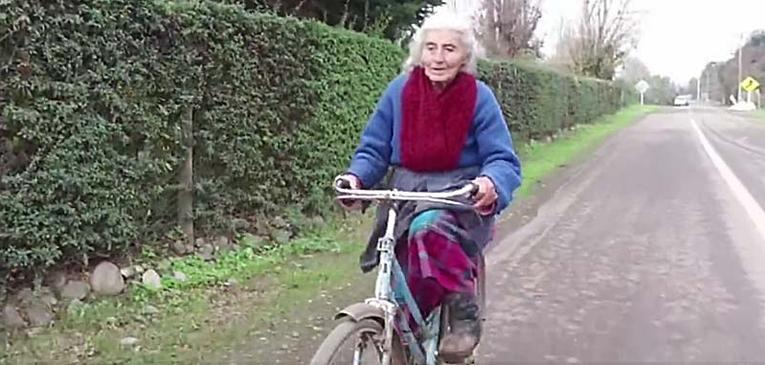 Aos 90, ela pedala 30k por dia para trabalhar
