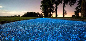 A pista que é feita de material sintético e abastecida a energia solar irá emitir uma luz própria durante a noite toda.
