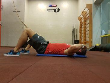 exercício para dores nas costas: abdominal no solo