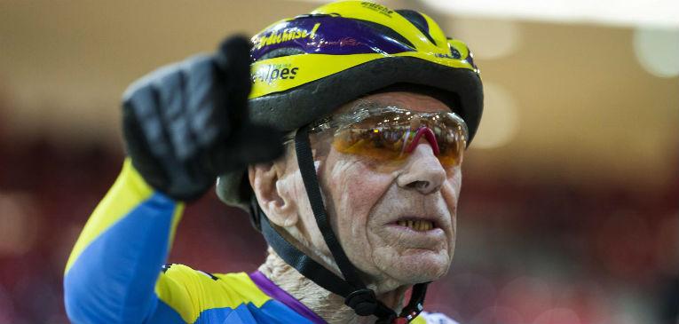 Mel empurra ciclista de 105 anos a recorde