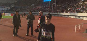 Mariana posa para foto no estádio Kim Il-Sung, que leva o nome do homem que iniciou a ditadura comunista