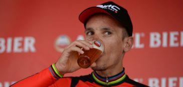 Gilbert vence a Amstel Gold Race e celebra bebendo cerveja