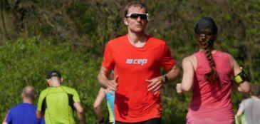 Correndo de costas, alemão termina maratona em 3h38min