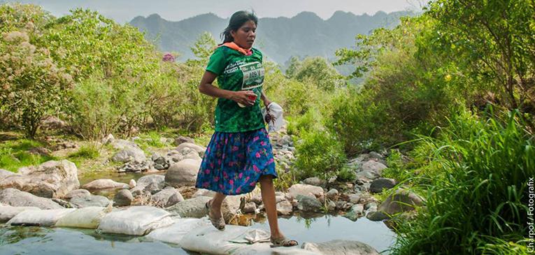 De sandálias, jovem vence ultra no México