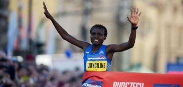 """Da tribo das """"mulheres-homens"""" para o mundo: Joyciline Jepkosgei, a recordista dos 21 km"""