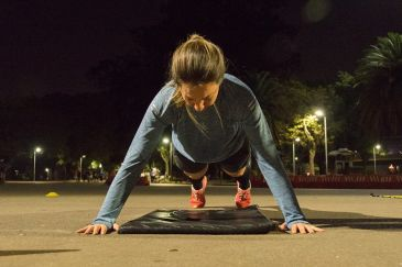 Uma flexão que começa com os braços na lateral dos ombros e é um ótimo exercício para o fortalecimento do core