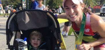 Mamãe-corredora termina maratona em 3h10 empurrando o carrinho do filho