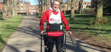 Homem com paralisia termina Maratona de Londres em 36h e é recebido com festa