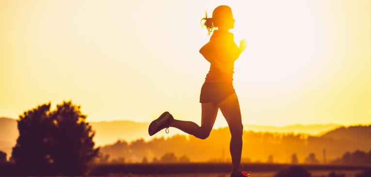Correr com sol: principais cuidados e o que evitar