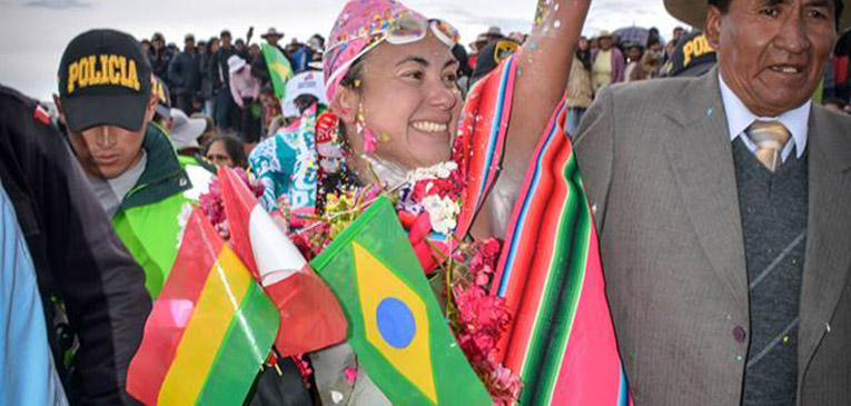 Brasileira é a 1ª mulher a nadar o Titicaca