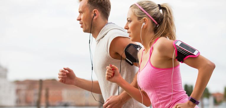 Casal correndo e ouvindo música.