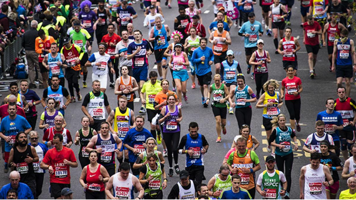 Pessoas correndo na maratona de Londres
