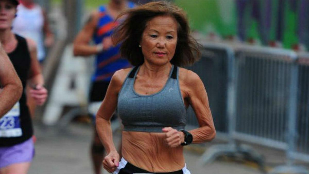 Atleta Jeannine Rice correndo em maratona