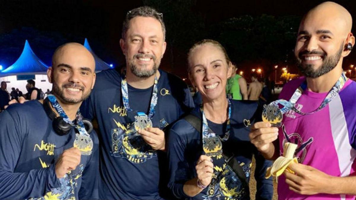 Pessoas sorrindo com a conquista de suas medalhas