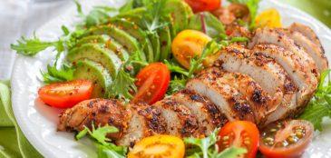 Prato de salada com frango